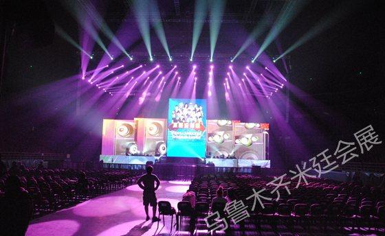 活动中舞台灯光效果部分一般由设计师设计,由工人安装调试灯光设备
